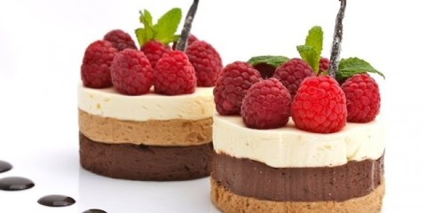 pastel con mousse-de-chocolate-con-frutos-rojos