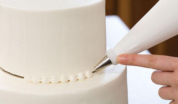 decoración de torta WeddingCakeDecorating-1-of-3-574x338
