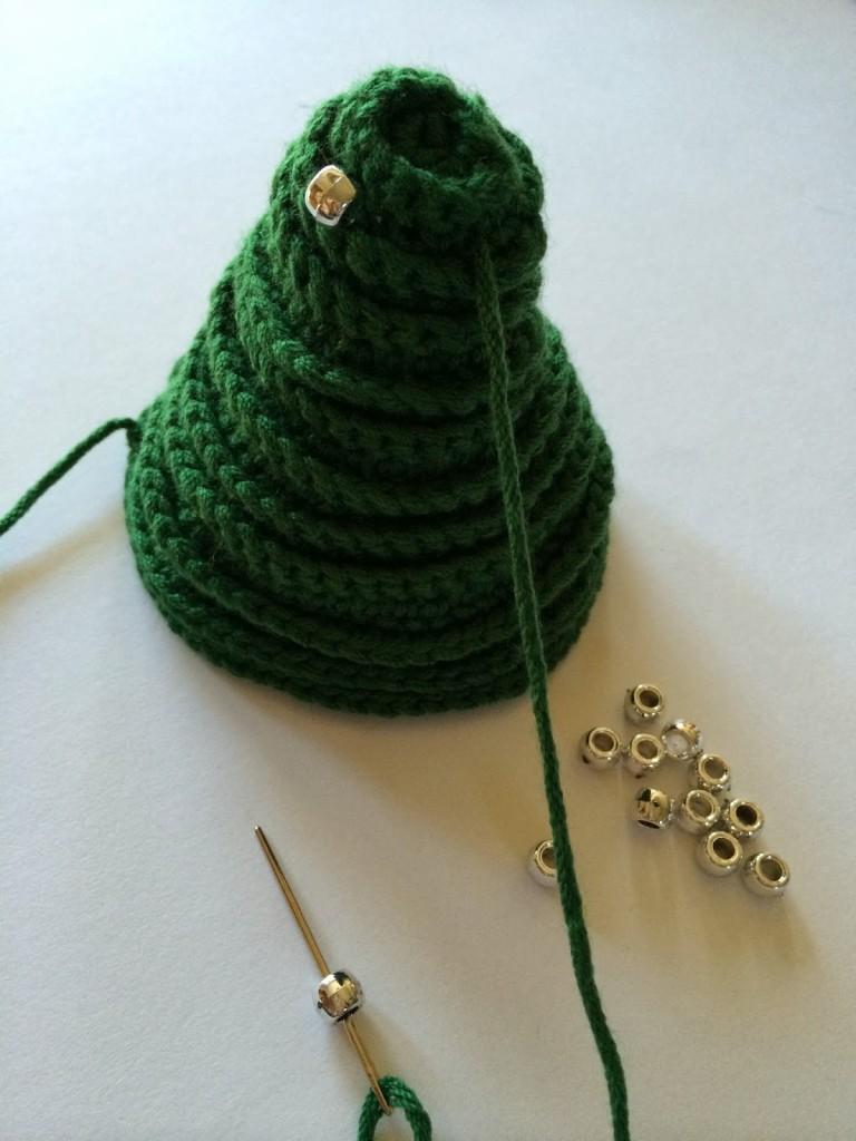 cosiendo beads al arbol